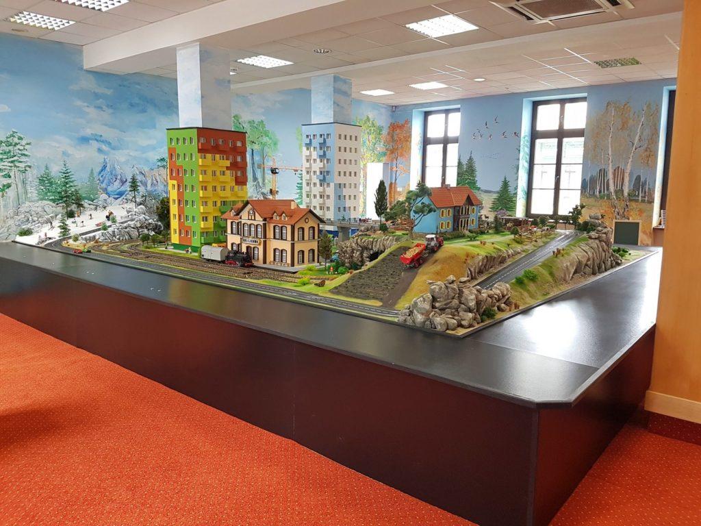 Nowa sala zabaw w Kolejkowie, to miejsce z dziecięcych fantazji. Sercem sali zabaw jest ogromna, interaktywna makieta!